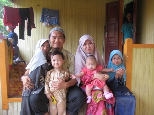 Bersama keluarga tercinta.  Mereka sentiasa dalam doa hamba.
