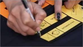 Elakkan dari jari yang berdakwat menyentuh kertas undi!